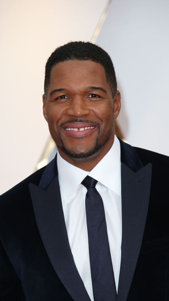 Michael Strahan ditched the bowtie for a sleek tie. (Photo: Dan MacMedan, Dan MacMedan-USA TODAY NETWORK)
