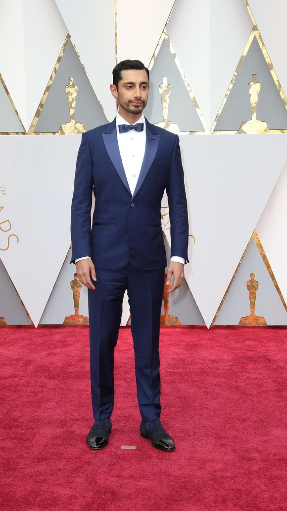 Riz Ahmed hit the carpet in bright blue. (Photo: Dan MacMedan, Dan MacMedan-USA TODAY NETWORK)